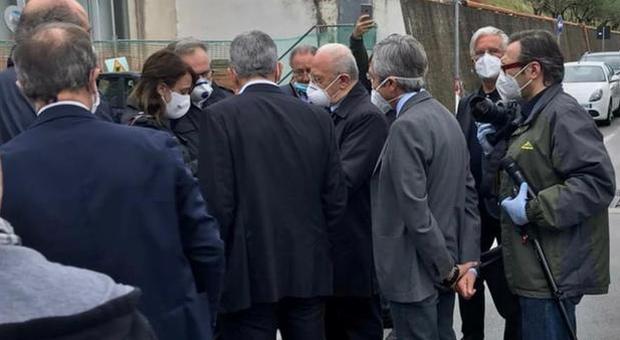 Coronavirus Campania, lo sceriffo De Luca nel mirino per un assembramento fuori dall'ospedale di Salerno