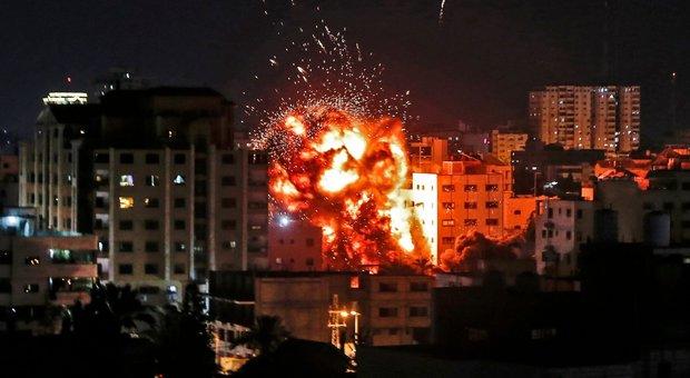 Pioggia di razzi da Gaza, nuovo raid israeliano: famiglia si salva nella stanza blindata