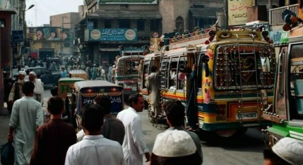 Pakistan, bimba di 4 anni violentata, strangolata e gettata in una fognatura: era sparita mercoledì scorso