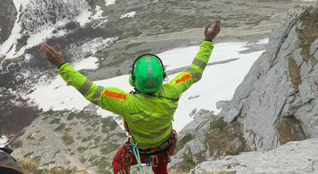 Cade da 8 metri e perde i sensi: grave alpinista di 28 anni.