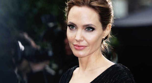 Angelina Jolie si fa rimuovere le ovaie per paura del cancro