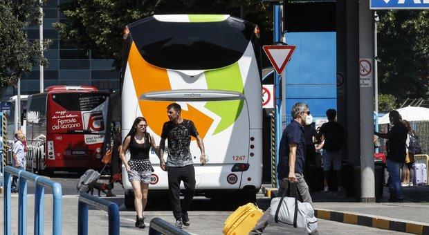 Roma, bus dalla Romania spariti a Tiburtina: «Evitano i controlli anti-Covid»