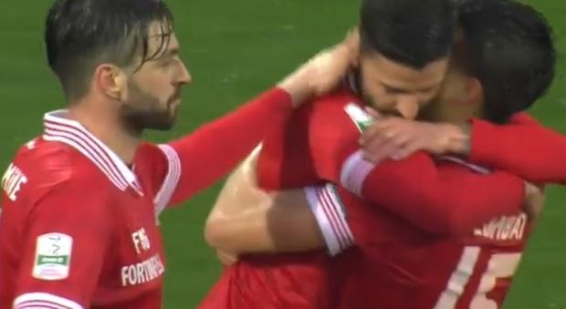 L'abbraccio tra Buonaiuto, Colombatto e Di Carmine dopo il terzo gol del Perugia