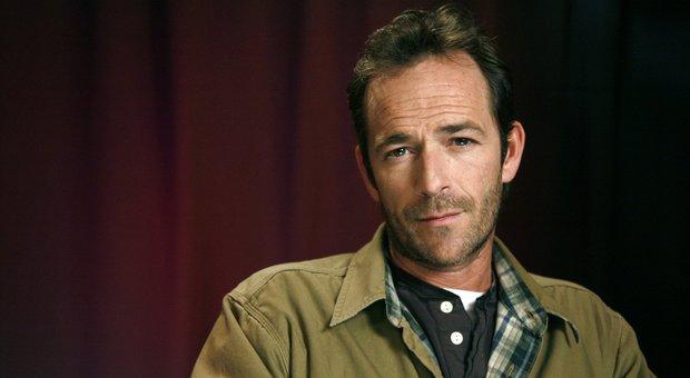 """Luke Perry è morto, """"Dylan"""" di Beverly Hills 90210 stroncato da un ictus: aveva 52 anni"""