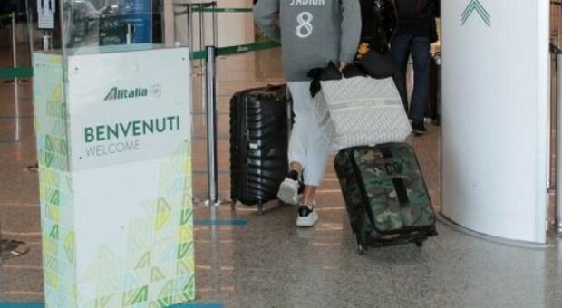 Alitalia, ora è caos bagagli. L'azienda: «Imbarcare un solo bagaglio a mano, nulla in stiva»
