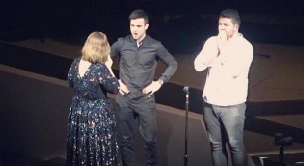 Adele sul palco con i suoi due giovani fan