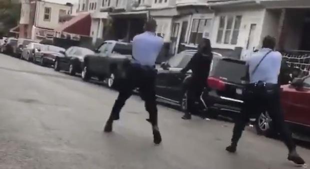 Usa, polizia uccide afroamericano in strada: guerriglia a Philadelphia. Trenta agenti feriti, arresti e negozi saccheggiati