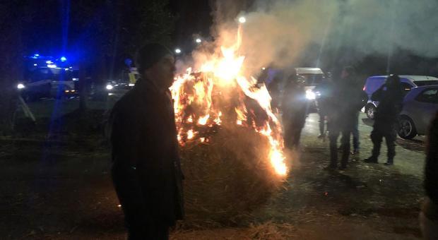 Balle di fieno in fiamme sull'Appia: protesta all'ippodromo di Capannelle