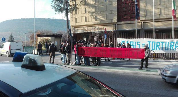 L'Aquila, tensioni al processo contro la brigatista Lioce: striscioni e cori contro il 41bis VIDEO