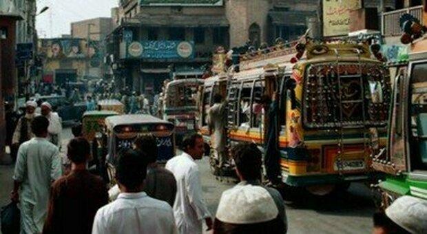 Bimbo fa la pipì in un tempio in Pakistan: rischia la pena di morte, ira Amnesty