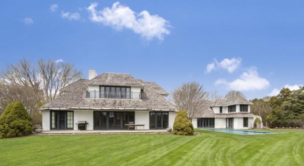 Biblioteca, piscina e campo da tennis: McEnroe vende casa a Southampton