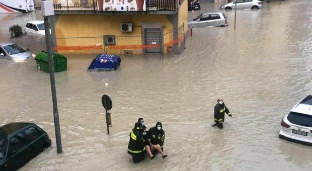 Crotone, bomba d'acqua sulla città: strade e case allagate. Il maltempo sferza il Sud