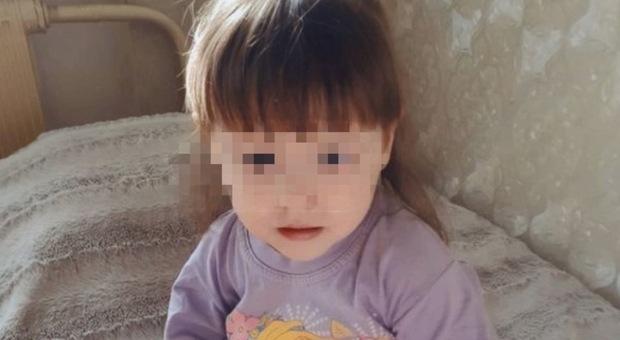Bimba di 3 anni esce di casa di notte e muore per il freddo: le giustificazioni dei genitori distrutti dal dolore