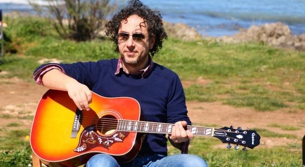 Morto Giovanni Stivaletta, aveva 47 anni. Il dolore degli amici: «La sua chitarra metteva allegria»