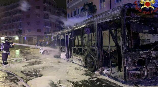 Autobus Atac si incendia all'Aurelio nella notte: nessun ferito ma è il 16° da inizio anno