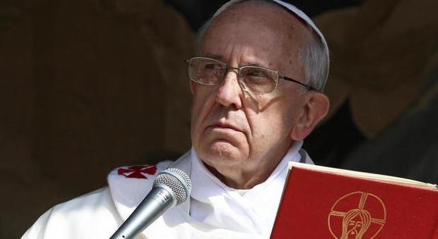 Nuova grana per il Papa, il caso del vescovo col vizietto che molesta i turisti fuori dal Vaticano