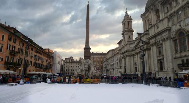 Foto Di Natale Neve Inverno 94.Roma A Piazza Navona Arriva La Neve Ma E Solo Uno Spot Pubblicitario