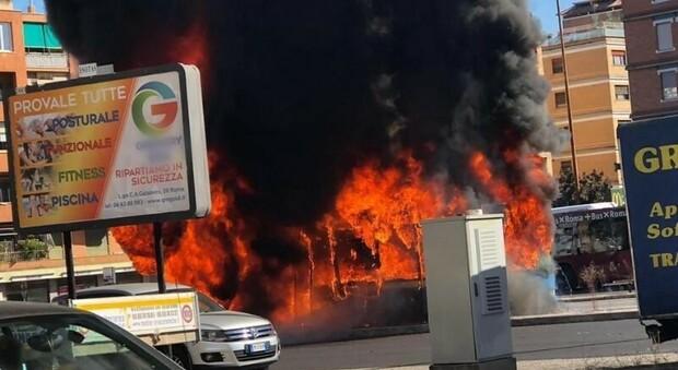 Roma, altro bus in fiamme: tre esplosioni e una colonna di fumo a piazza Pio XI