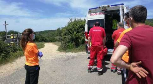 Il luogo dell'incidente e il ferito medicato dai sanitari della Croce Rossa