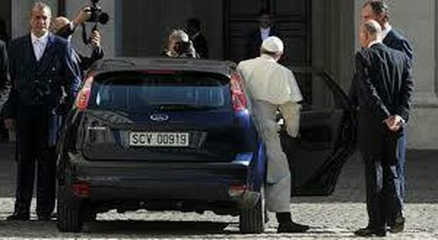 Papa, pronto a cambiare l'intera flotta di auto e convertirla dalla benzina all'energia elettrica