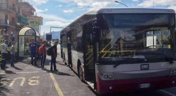 Savona, bus diversi per studenti e migranti: «Disturbano le ragazze».E' bufera sulla decisione del sindaco