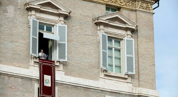 Papa Francesco regala 5 confezioni di paracetamolo ai dipendenti invece del panettone