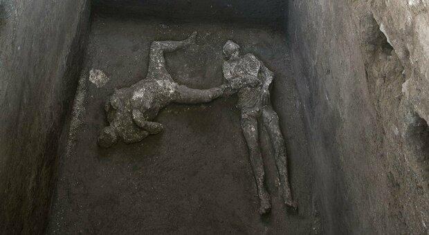 Pompei, scoperti i corpi di due fuggiaschi: il giallo dell'uomo con il mantello
