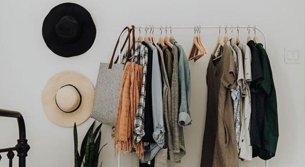 Il guardaroba di tendenza? È minimal: svuotare l'armadio è il nuovo trend (sostenibile)