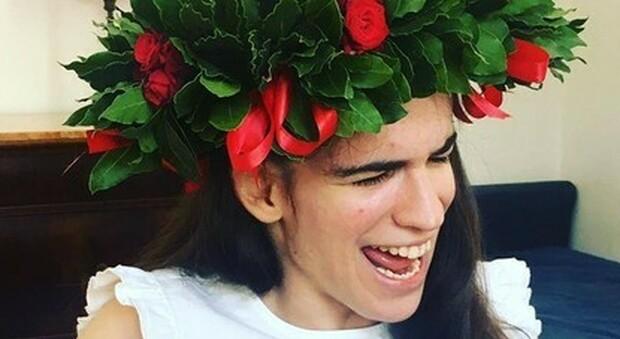 Maria Chiara, 26 anni, oltre ogni limite: cieca e disabile si laurea con 110 e lode. Ed è anche cantautrice