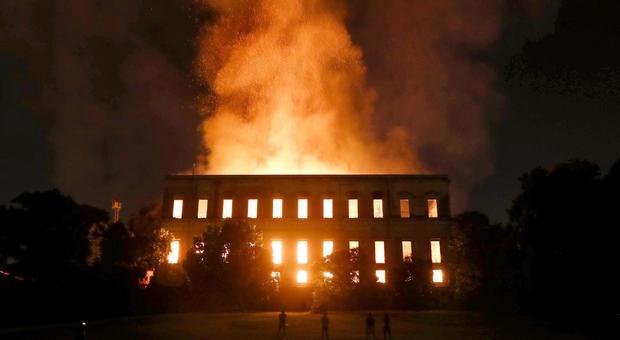 Rio de Janeiro, incendio devasta il Museo Nazionale: inferno di fuoco