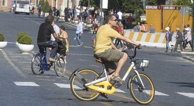 In bici con casco, targa e assicurazione. Vietato andare contromano