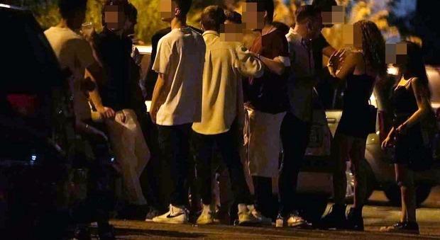 Covid, ragazzini senza mascherina in strada: da Cesena a Firenze così violano le regole