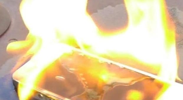Bimbo si addormenta: il suo tablet in carica sul letto si incendia e si fonde con il materasso