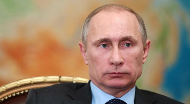 Putin rinvia la visita a Parigi: è gelo con Hollande