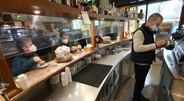 Riaperture, nei bar e locali consumo al banco vietato anche in zona gialla. Gli esercenti: «Grave danno»