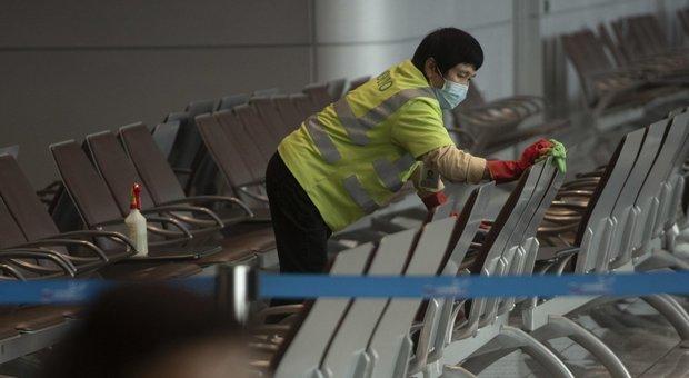 Coronavirus, fuga dalla Cina. Italiani bloccati: aiutateci, non riusciamo ad andarcene