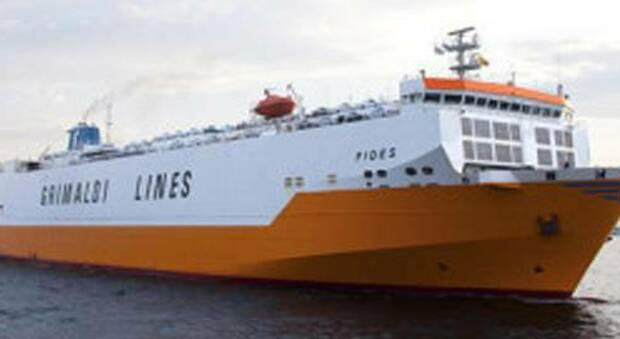 IL traghetto della Grimaldi fermo al porto di Civitavecchia
