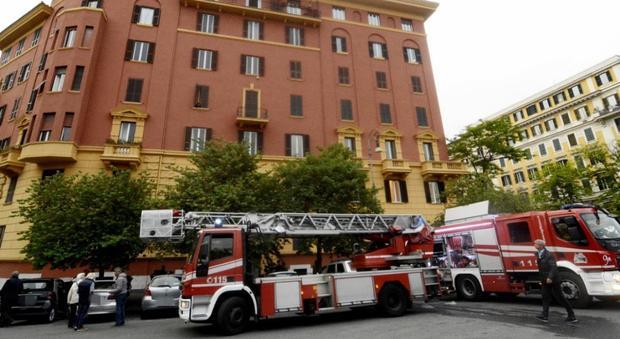 Roma incendio in attico a piazza mazzini sgomberato for Palazzo a 4 piani