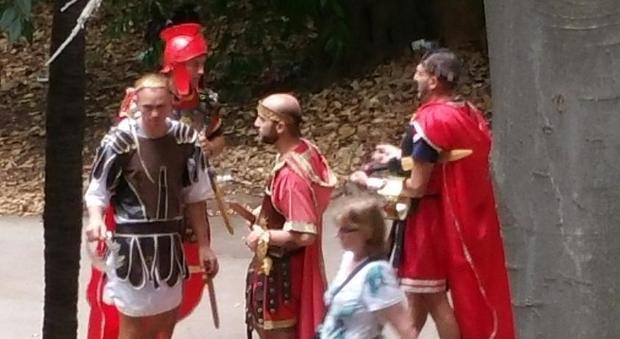 Roma, i centurioni sfrattati dal Colosseo ora assediano il Pincio