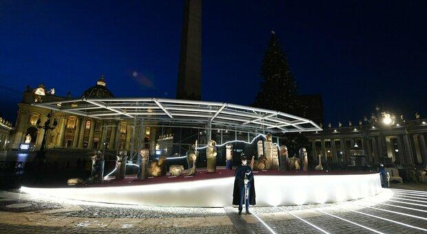 Accesi a San Pietro l'abete, il presepe e la grande statua dei migranti destinata a restare