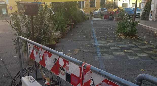 Dieci posti auto resi inaccessibili dagli occupanti di San Lorenzo