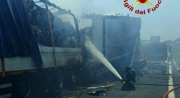 Incidente sull'A14, due morti e un ferito grave. Il tamponamento tra camion, auto e moto in coda per un cantiere. Autostrada chiusa