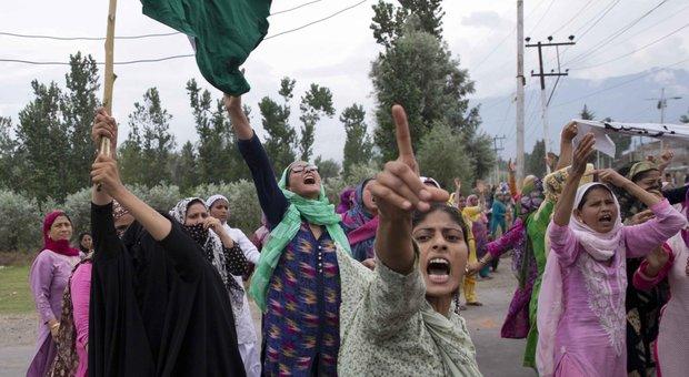 Donne manifestano contro la decisione indiana di togliere lo status speciale al Kashmir