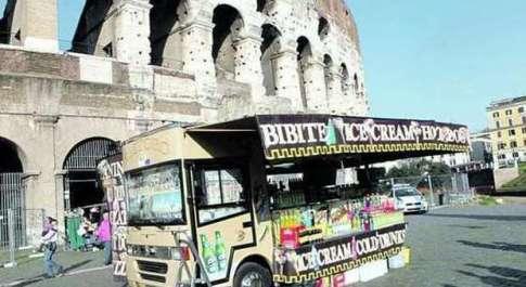 «Via i camion bar da Colosseo e Fori» Stretta per il decoro nell'area archeologica