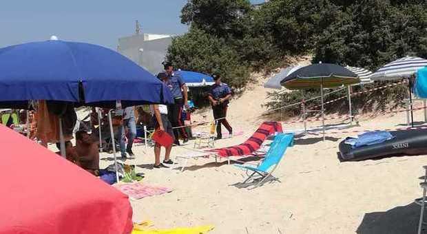 Risparmio Casa Ombrelloni Da Mare.Recintano La Spiaggia E Ci Sistemano Sdraio E Ombrelloni Per