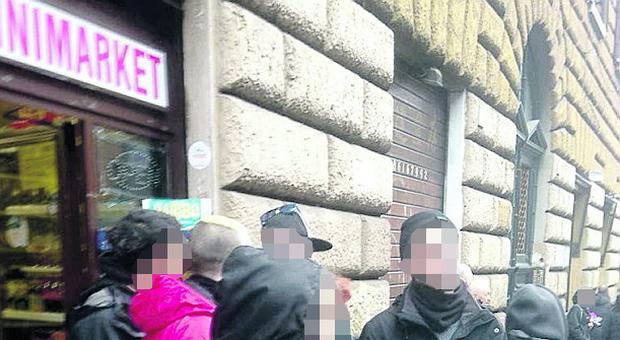 Una foto di archivio con giovani davanti a un mini market a Roma