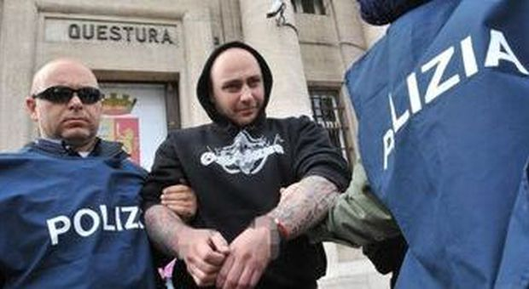 Ivan Bogdanov esce dalla Questura di Genova (foto Luca Zennaro - Ansa)
