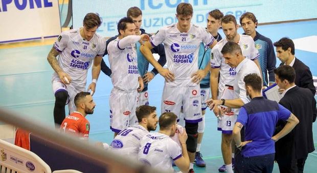 Coach Boban Kovac con i suoi ragazzi della Top Volley durante un time out