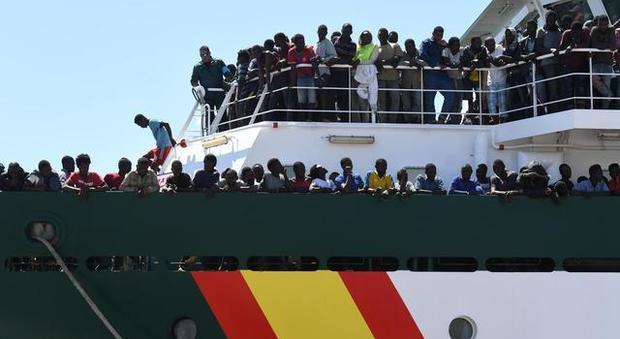 Migranti, il mercantile dirottato è a Malta
