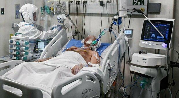 Covid, la strage dei medici: «Già 300 morti per il virus, ora bisogna vaccinare tutti i camici bianchi»